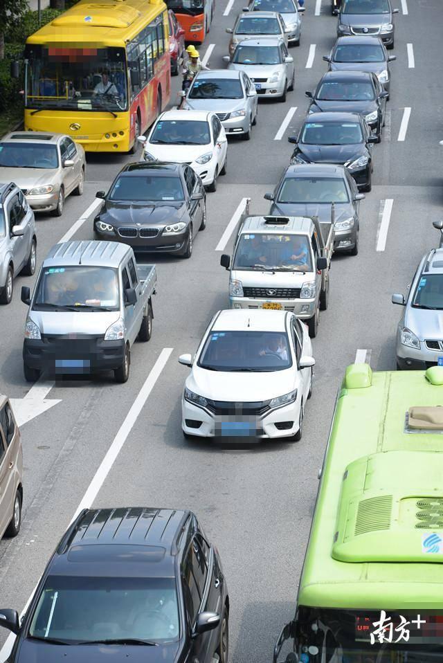 机动车数量增长速度过快,道路车流量日益增大,是清远拥堵加重的直接原因。全媒体记者 曾亮超 摄