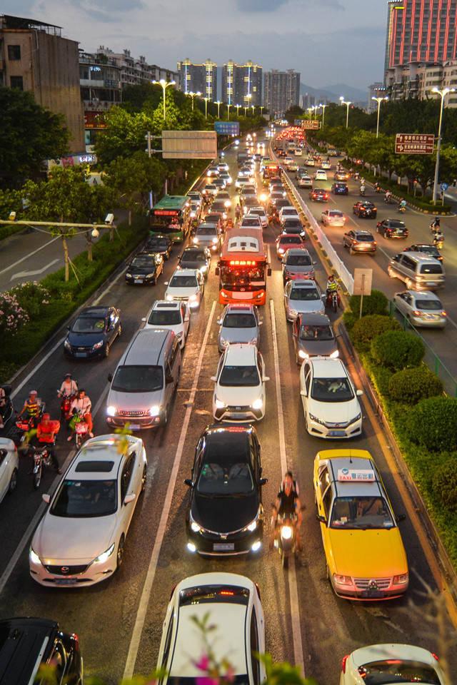 机动车数量增长速度过快,道路车流量日益增大,是清远拥堵加重的直接原因。  全媒体记者 曾亮超 摄