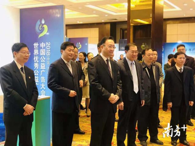 参会领导参观2018中国广电公益广告大会展会巡展。