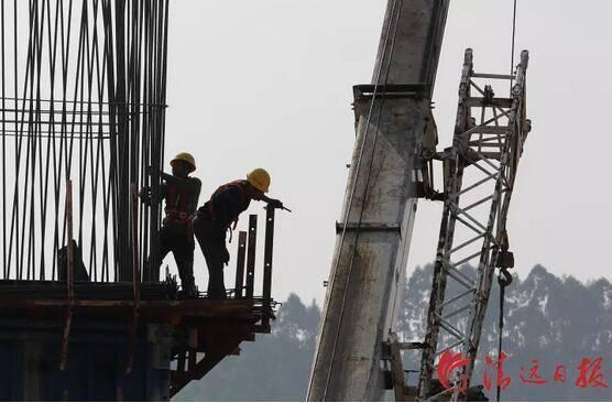 11月25日,中铁十一局施工人员在清远磁浮银盏特大桥桥墩上施工。清远日报记者李作描摄