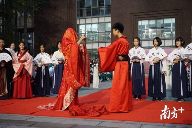 """南方+ 广州教育头条:优秀传统文化进校园!""""00后""""的汉服T台秀圈粉无数"""