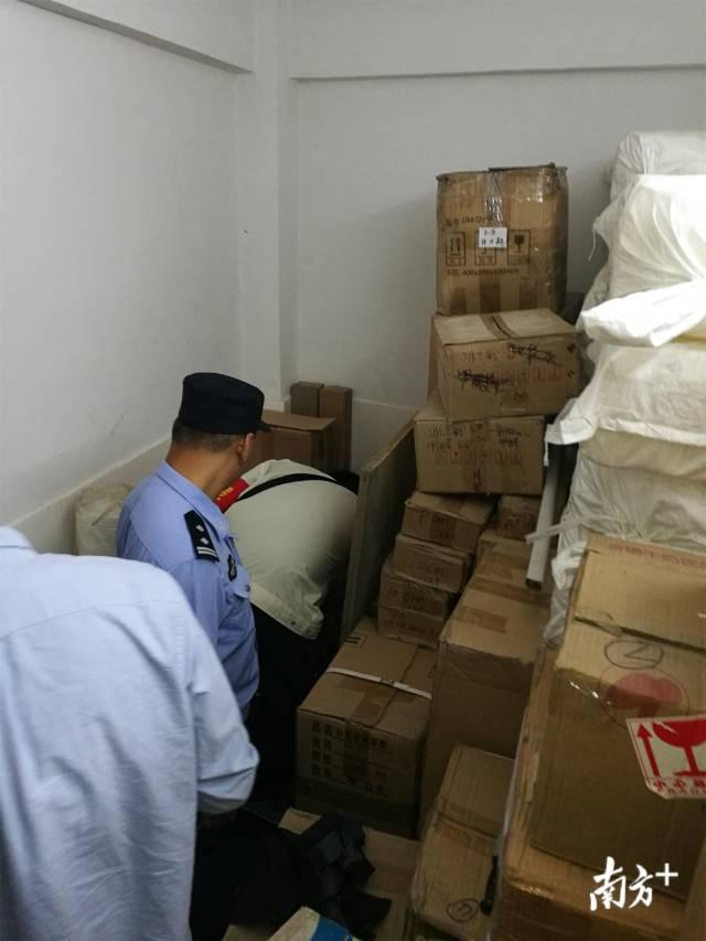 办案民警在收缴查获的部分易制毒原料。