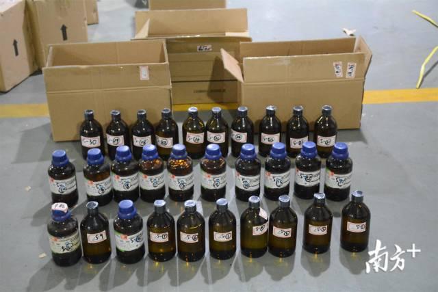 本案查获的部分易制毒原料硫酸。