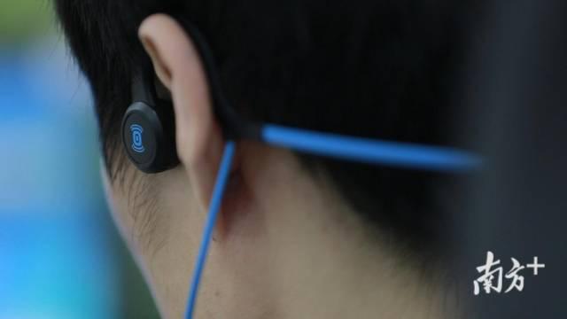 (图)孟琦用耳机听音办公特写