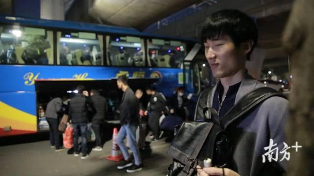 (图)孟琦下火车等待转大巴
