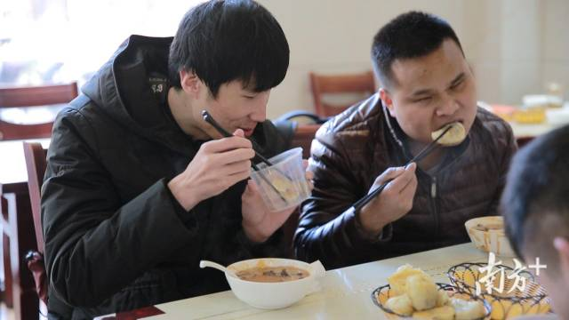 (图)孟琦与好友共同就餐