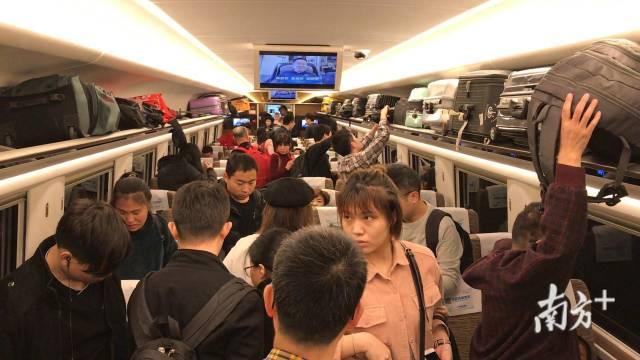 (图)高铁上的人群