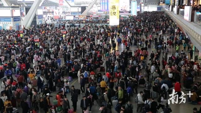 (图)春运火车站熙攘的人群
