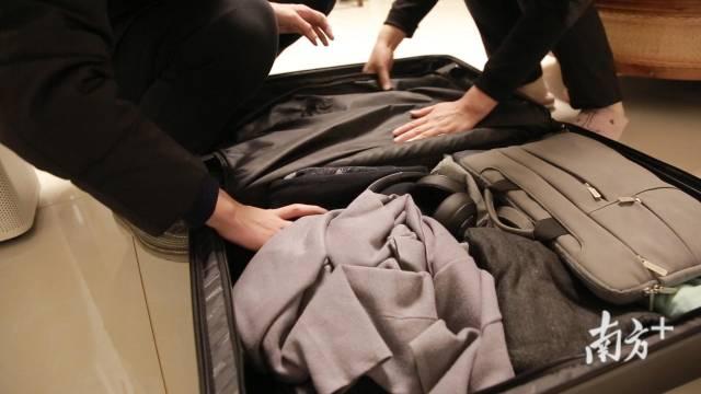 (图)与家人一起收拾行李