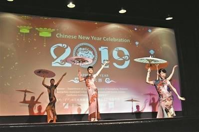 广州艺术团将中国年带到美国中学校园。