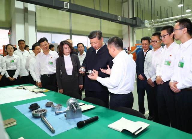 2018年10月22日,习近平总书记来到格力电器公司,先后视察了公司展厅、精密模具车间和重点实验室。