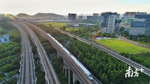 """有了佛山三龙湾,广州南站才能够更好地激发出潜能,让客流变成""""客留""""。戴嘉信摄"""