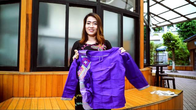 苏雪蓉展示缅甸服装。