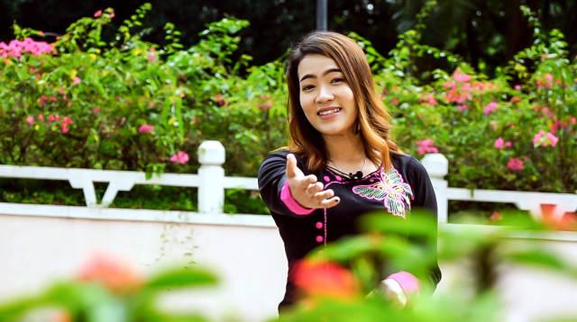 苏雪蓉唱起偶像周杰伦的歌曲《青花瓷》。