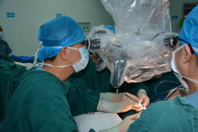 粤东医院神经外科双聘学科带头人李文胜正在做手术。粤东医院供图