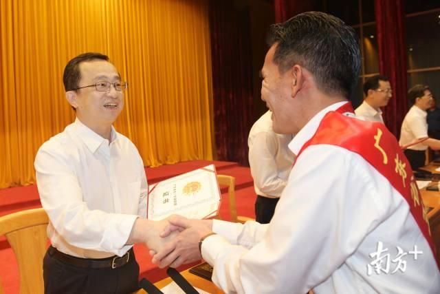 梅州市委书记、市人大常委会主任陈敏为受表彰人员颁发证书。