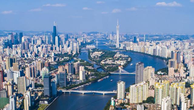 珠江两岸,广州塔与东西双塔隔岸相望。南方日报记者 肖雄 摄