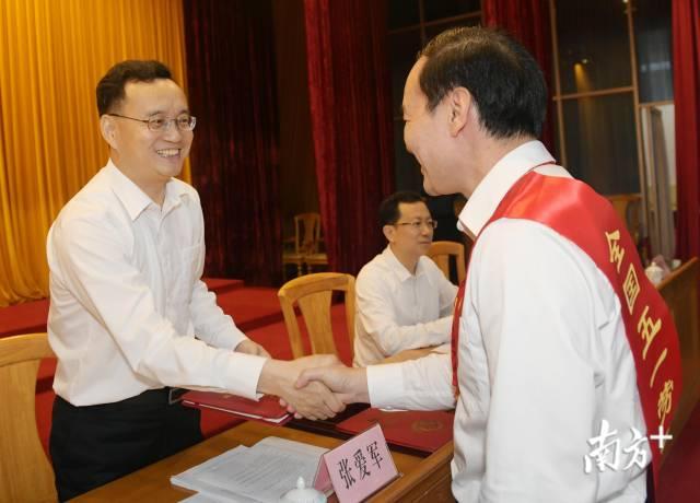梅州市委副书记、市长张爱军为受表彰人员颁发证书。
