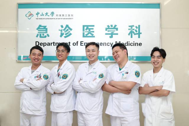 中山三院急诊科的几位男护士合影,中间的是程龙