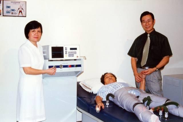 郑振声教授研制成功的第二代体外反搏器。
