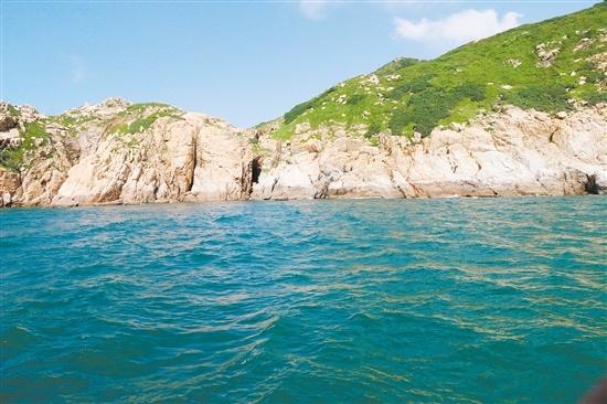 """?躺在海底的铁炮。 ▲在""""南海Ⅰ号""""水下文物保护区台山海域内,还发现确定了乌猪洲一号沉船遗址。"""