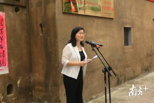 兴宁市委常委、宣传部部长何小娟致辞。