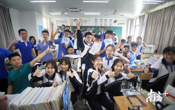 """5日,深圳高级中学东校区高三学生""""最后一课"""",学生们合影为自己鼓励打气"""