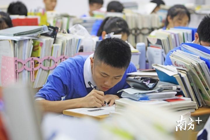 深圳高级中学东校区,一名高三学生埋头复习