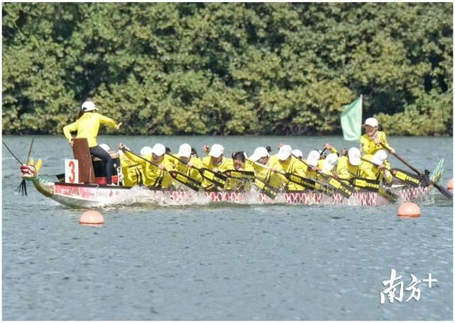 在赛事中奋力拼搏的九江女子龙舟队员们。