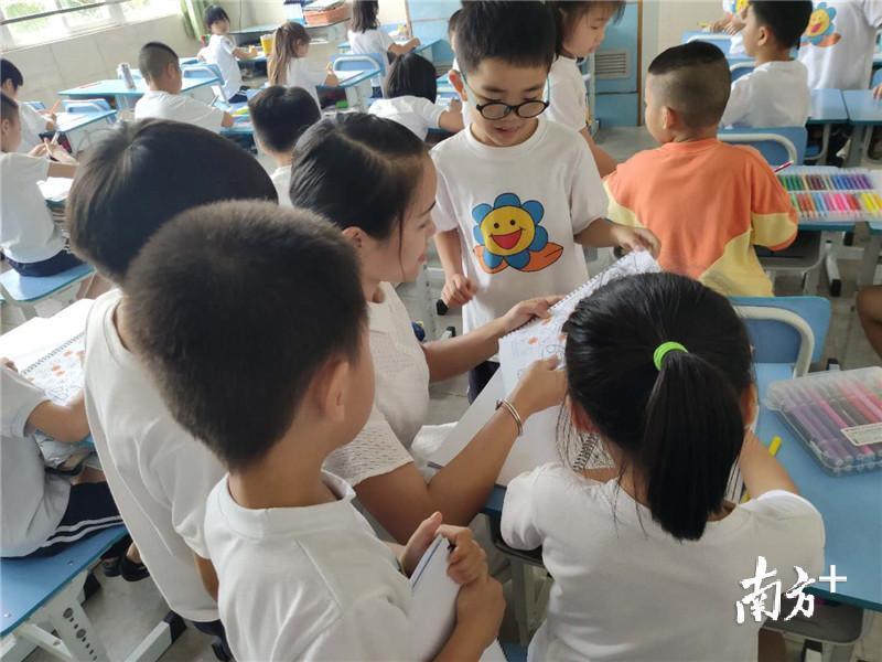 李老师喜欢被学生环绕的感觉。