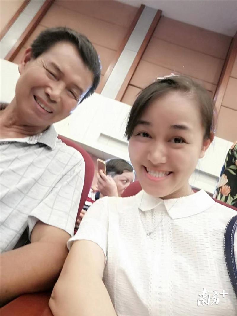 """""""在妹妹的毕业典礼上,老爸笑得可欢了。""""李老师道。受访者提供"""