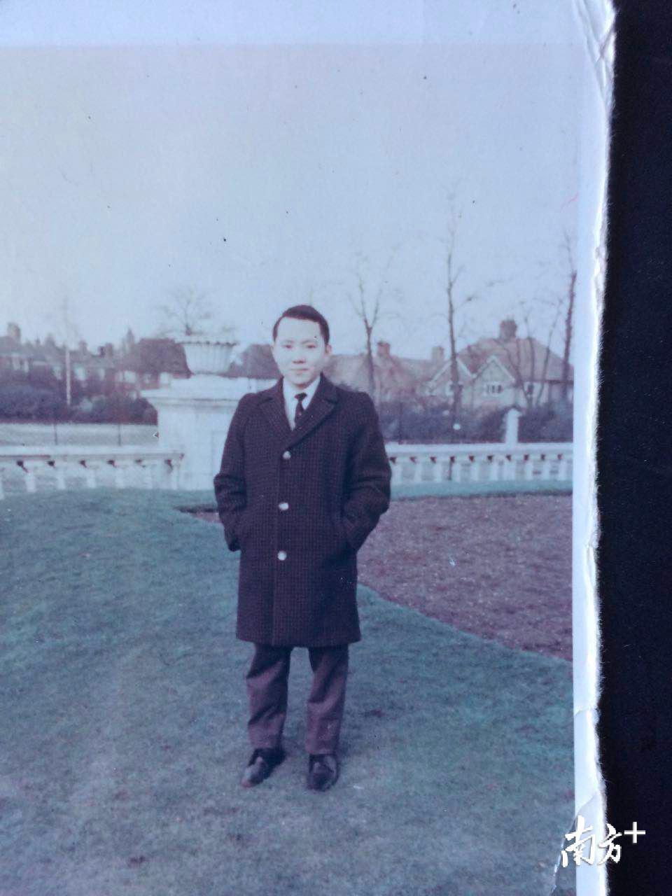 年轻时的蒋英荣。