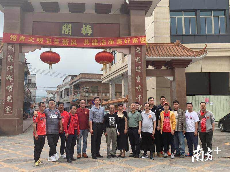 恒大俱乐部为布朗宁寻根的团队在梅阁村村口合影。