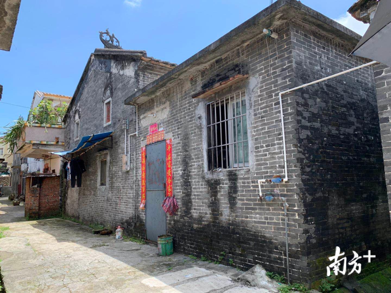 这座青砖大屋就是蒋英荣的故居。