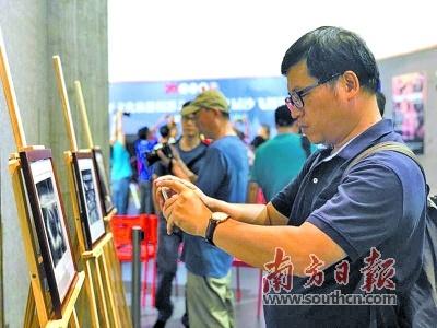 游客参观开平市文化旅游摄影艺术季暨首届沙飞摄影周相关展览。南方日报记者 李文轩 摄