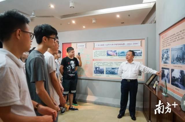 广东石油化工学院党委书记、校长张清华向学生讲述西迁故事。
