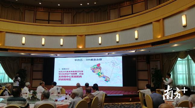 顺德区发改局局长何翔威介绍中心城区的最新发展规划。熊程 摄