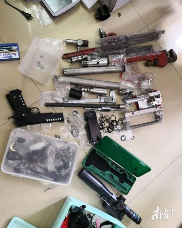 繳獲的各類槍支配件。