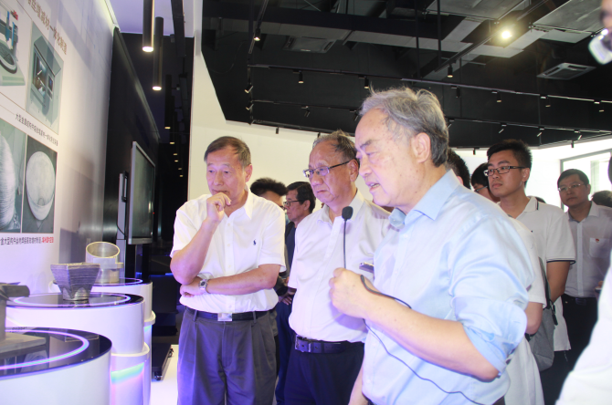 卢秉恒院士在国家增材制造创新中心佛山分中心向杜如虚、丁文江两位院士介绍3D打印技术产品。三水乐平镇供图