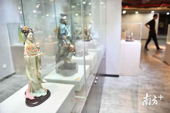 文化馆内展示的石湾陶艺作品。戴嘉信摄