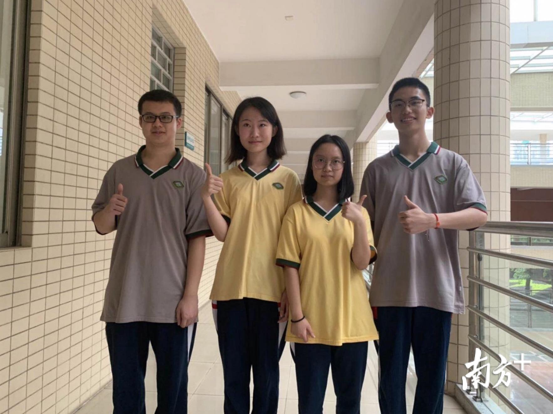 石门中学4名文、理科成绩被屏蔽考生的合影,中间两人为刘祺(左二)、陈悦心(左三)。黄志平摄