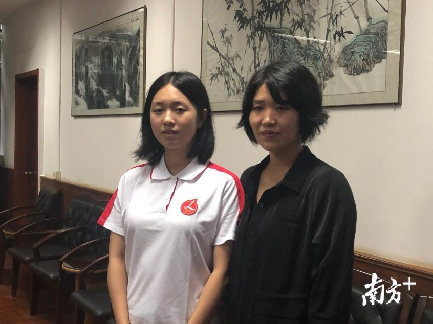 今年顺德区高考文科第一名杜宇婧毕业自北滘君兰中学,图为杜宇婧和她的妈妈。