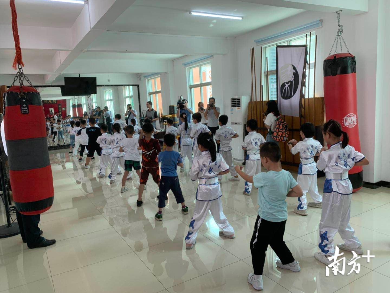 在水藤村红基石党群服务中心咏春坊,数十名小孩正在打咏春拳。王芃琹 摄