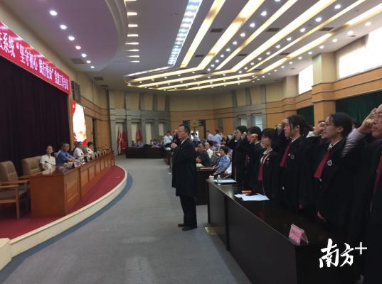 在张晓峰律师领誓下,顺德区30名律师党员代表进行律师行业诚信承诺宣誓。欧阳少伟摄