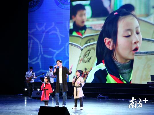 优秀村歌创作者、表演者在顺德演艺中心内展演。