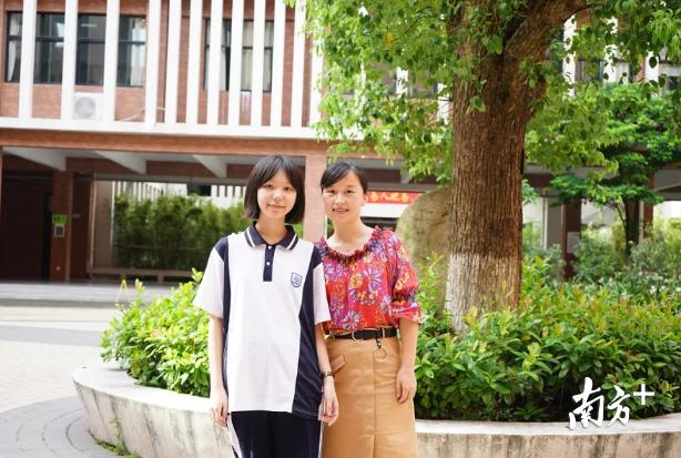 西南中学语文一级教师谭娟与语文满分考生合影。 校方供图