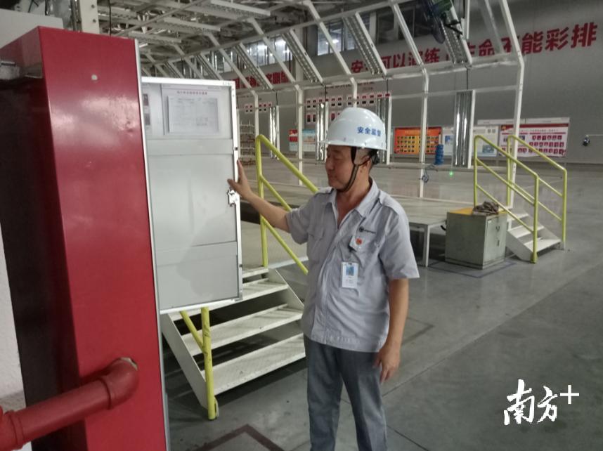 北汽福田佛山汽车厂党群工作部职工韩国民在生产车间检查消防设施设备。 受访者供图