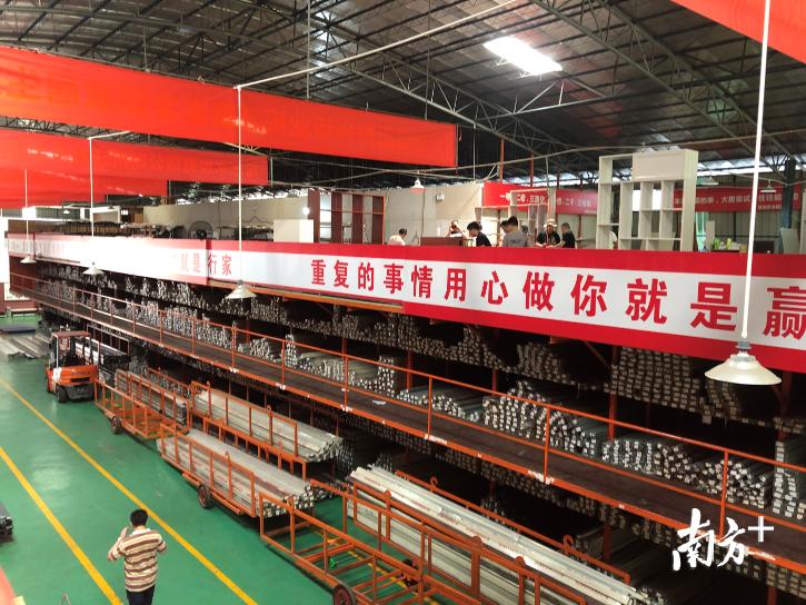 佛山市金旺林铝业有限公司的仓库和生产车间。何帆燕 摄