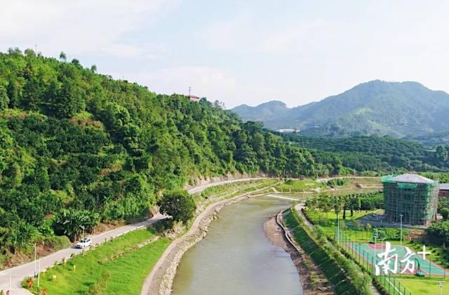 整洁平坦的乡村公路与一河两岸美景互相映衬,俨然一幅美丽乡村画卷。受访者供图