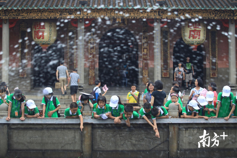 暑假期间,参与夏令营的孩子参观祖庙,体验本地文化。戴嘉信 摄